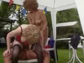 Deux femmes matures se tapent un mec en rut