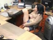 La secrétaire fait une pause masturbation