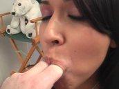 Une jeune salope suce un mec dans un film x coquin