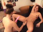 Deux jeunes lesbiennes essaient leurs nouveaux sextoys